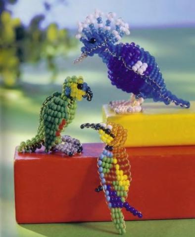 Красочный попугай из бисера