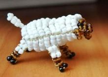 Как сделать овечку из бисера своими руками