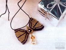 Плетение кулона из бисера «Бантик»